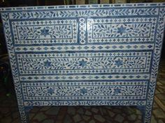 La hermosa combinación de color gris azulado con tonos azules empolvados y el hueso natural, hacen de este pecho un llamativo pero elegante con carácter. Si te gusta el mobiliario de inspiración marroquí, esta es la pieza para usted!  La pieza de la última declaración de muebles del dormitorio o el lugar perfecto para ocultar sus tesoros en una sala de estar, dormitorio, entrada o pasillo. Estilo con elegantes toques metálicos o marroquís, o personalizar con una bandeja de embutido de hueso…