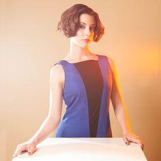 ROBE PYTHA : Une petite robe en lycra à la fois chic et graphique ! 2 petites découpes sur les cuisses, une grande pour sublimer le dos  et un long triangle élasthanne pour onduler en souplesse…