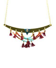 Collier plastron en laiton.  Perles de rocaille couleur orange, turquoise, rouges, doré et écru.