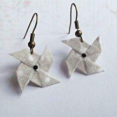 Boucles d'oreilles moulins à vent origami °gris à pois° Paper Earrings, Paper Jewelry, Fabric Jewelry, Paper Beads, Diy Earrings, Jewelry Crafts, Handmade Jewelry, Fabric Origami, Paper Crafts Origami