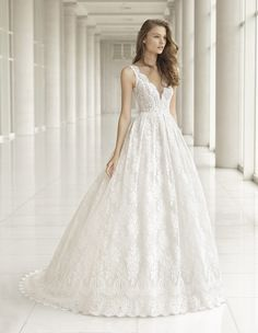 Vestido de Novia de Rosa Clará (PERFECTO), colección couture, corte princesa, escote en v, largo, con mangas