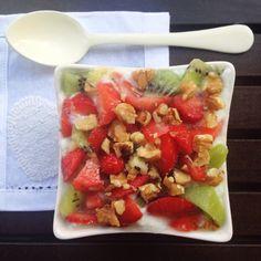 Una buena merienda para reponer fuerzas compuesta por: un kiwi, dos fresas, 125 gr de queso batido 0% y 10 gr de nueces trituradas.