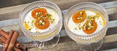 Yoghurt met zoete warme abrikoosjes bestrooid met pistachenootjes