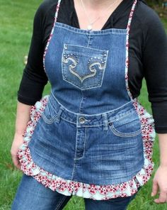 Farm Girl Apron Tutorial from Recycled Jeans. Step-by-step tutorial for how to make an apron from an old pair of recycled jeans. Sewing Hacks, Sewing Projects, Sewing Tips, Sewing Tutorials, Free Sewing, Craft Tutorials, Diy Projects, Artisanats Denim, Denim Purse