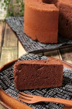 Melting chocolate chiffon cake discovered by Ʈђἰʂ Iᵴɲ'ʈ ᙢᶓ Chocolate Chip Brownies, Chocolate Desserts, Melting Chocolate, Sweets Recipes, Baking Recipes, Cake Recipes, Chocolate Chiffon Cake, Light Cakes, Bread Cake