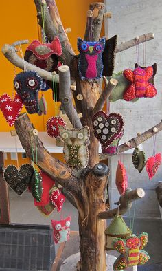 Crafty Halloween Tree: The Holiday tree would be great for any number of holidays! Halloween Trees, Holidays Halloween, Halloween Crafts, Holiday Crafts, Happy Halloween, Halloween Decorations, Christmas Branches, Felt Christmas, Christmas Ornaments
