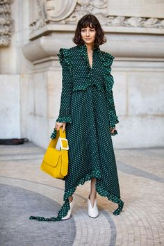 The Best Street Style Looks From Paris Fashion Week Spring 2019 - Fashionista Best Street Style, Street Style Trends, Spring Street Style, Cool Street Fashion, Street Style Looks, Street Styles, Style Année 70, Style Retro, Straight Cut Jeans