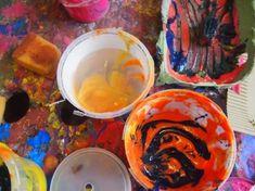 Farbenspiel - Malen mit Krippenkindern Rein ins Farbvergnügen! Wenn Ein- oder Zweijährige mit bunten Farben und spannenden Utensilien hantieren und klecksen dürfen, sind sie buchstäblich mit dem ganzen Körper bei der Sache – und diese Begeisterung steckt an! Die 22 Aktionsideen in diesem Buch stellen mit vielen inspirierenden Fotos jeweils ein Materialangebot in den Mittelpunkt. Sie knüpfen an Spiele und Alltagshandlungen der Kleinsten an, wecken alle Sinne und laden zum kreativen…