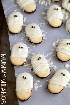 I can't wait for Halloween! Easy Mummy Milanos are such a cute Halloween treat! Halloween Donuts, Halloween Snacks, Pasteles Halloween, Couples Halloween, Hallowen Food, Fete Halloween, Halloween Goodies, Halloween Stuff, Halloween Costumes