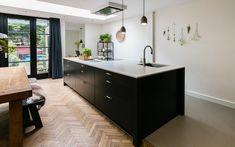 Keukeneiland inspiratie-Kitchen With Grey Wood Floors and Brown Wood Floors Grey Wood Floors, Grey Flooring, Grey Walls, Dark Brown Cabinets, Grey Cupboards, Kitchen Themes, Kitchen Decor, Kitchen Ideas, Grey Ceiling