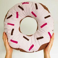 Donut Kissen - Was Schmackhaftes für deine Couch? Näh dir dein eigenes Donut Kissen. Mit wenig Material und in ein paar Schritten kannst du dich mit deinem neuen Lieblingsstück vor den Fernseher legen…