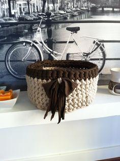 Basket made of recycled T-shirt yarn. Pattern in http://lamadrigueradesylvannas.blogspot.com.es/2012/11/patron-cesto-de-trapillo.html