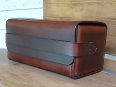 Diy Leather Projects, Leather Craft, Handmade Leather, Dopp Kit, Leather Men, Leather Bags, Leather Wallet, Leather Keychain, Dark Brown Leather