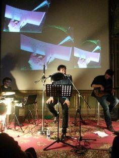"""Luca Ragagnin accompagnato dalla musica degli Onorevoli per il reading di """"Capitomboli"""" al Circolo dei Lettori di Torino."""
