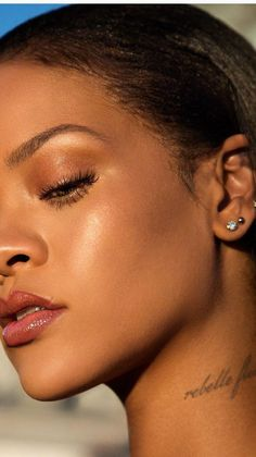 It is composed of: Rihanna was seen taking part in a photo shoot from . - Make Up Moda Rihanna, Rihanna Makeup, Rihanna Riri, Rihanna Style, Beyonce, Christina Milian, Nicole Scherzinger, Khloe Kardashian, Kate Beckinsale
