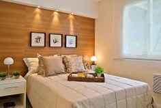 gostei de tudo! (cores, painel de madeira, cama sem cabeceica, criados mudos, quadros, caixa de iluminação e persiana).