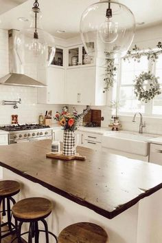 35 Best Farmhouse Kitchen Decor Ideas to Fuel Your Remodel Nowadays people are very creative, kitchen design is not an exception. You can find a lot of beautiful rustic farmhouse kitchen design examples. Modern Farmhouse Kitchens, Farmhouse Kitchen Decor, Home Decor Kitchen, Kitchen Interior, New Kitchen, Home Kitchens, Rustic Farmhouse, Farmhouse Ideas, Farmhouse Remodel