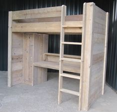 Een multifunctioneel bed voor uw kind! Een hoogslaper-bureau-kast combinatie van gebruikt steigerhout. Helemaal naar eigen wens te maken!