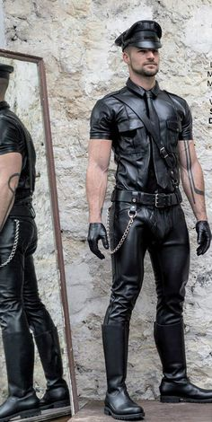 """""""😋😋😋😋😋 """" This guy is so sexy and horny 😎 in that leather gear 😎 Leather Jeans, Biker Leather, Leather Gloves, Rugged Style, Style Brut, Leather Fashion, Mens Fashion, Hommes Sexy, Men In Uniform"""