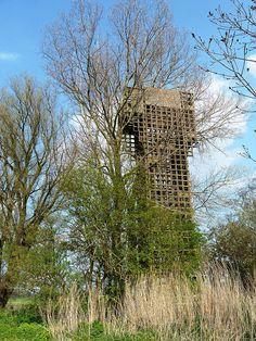 Ten noorden van Warfhuizen staat een van de laatste overgebleven luchtwachttorens van de  circa 138 exemplaren die in de periode van de Koude Oorlog in Nederland zijn gebouwd. Ze werden door  het Korps Luchtwachtdienst  gebruikt voor het afzoeken van het luchtruim van Nederland naar Russische vliegtuigen.