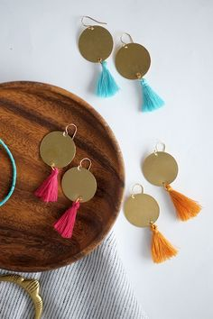 Earrings Handmade Make these modern DIY Statement earrings! - We're loving all the bold earrings we're seeing and wearing right now! Find out how to make these modern DIY Statement Earrings. Diy Statement Earrings, Diy Tassel Earrings, Crystal Earrings, Earrings Handmade, Crochet Earrings, Handmade Jewelry, Beaded Jewelry, Diy Chandelier Earrings, Fabric Earrings
