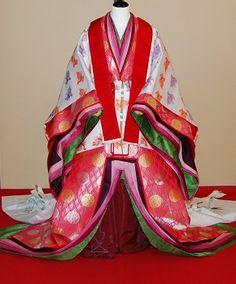 A mannequin dressed in junihitoe