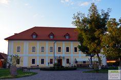 Sa fii oaspete la Castel este o experienta complet diferita fata de cea la hotel (indiferent ca vorbim de hoteluri de 3 stele sau de 5 stele plus). Esti martor al istoriei, redescoperi vremuri de legenda, parca tocmai potrivite unui spirit nostalgic. Castelul este locul ideal atat pentru calatorii de relaxare, cat si pentru evenimente deosebite, precum nunti sau botezuri. Calatorie faina! Home Fashion, Romania, Nostalgia, Mansions, Country, House Styles, Home Decor, Park, Mansion Houses