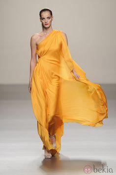 Vestido largo amarillo de seda de la colección primavera-verano 2013 de Roberto Torretta