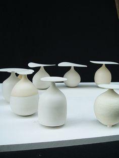Masayoshi Oya. Título: Konoki. Escultura de Porcelana. Altura: 13 | Ancho: 8 | Profundidad: 8. Se trata de champignon abstracto. Quiero expresar de corazón calentamiento a la gente. A través de piezas suaves y serenas. Los audieences se sugieren para dibujar su propia imaginación más allá de mi trabajo.