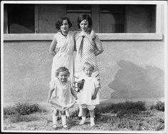 Summer 1928 in Santa Monica , Gladys and her daughter Norma Jeane (later known as Marilyn Monroe), with her sister and her daughter Ida May. Joven Marilyn Monroe, Estilo Marilyn Monroe, Young Marilyn Monroe, Norma Jean Marilyn Monroe, Marilyn Monroe Photos, Montgomery Clift, Tony Curtis, Rita Hayworth, Lauren Bacall