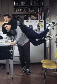 David Schwimmer and Matthew Perry from William Henry Shaw HS Friends Tv Show, Tv: Friends, Serie Friends, Friends Scenes, Friends Episodes, Friends Cast, Friends Moments, Friends Forever, Funny Friends