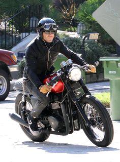 Ryan Reynolds Photo - Ryan Reynolds Riding His Motorcycle in Los Feliz