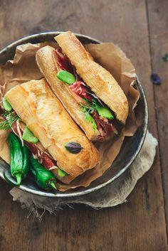 Pour un pique-nique réussi, direction l'Espagne avec ces sandwichs Ibériques des Bocadillos Pata Negra, manchego et confit de coings au piment doux.