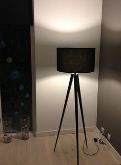 tripod woonkamer lamp. Tripod Lamp, Home Decor Furniture, Light Fixtures, Table Lamp, Doors, Lights, Living Room, Inspiration, House Decorations