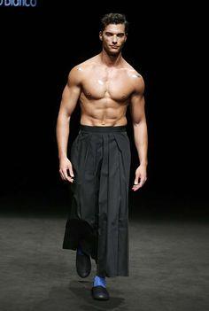 Inspiración oriental en los cortes kimono queda de manifiesto en la colección otoño invierno 2017 de Punto Blanco presentada en la 080 Barcelona Fashion
