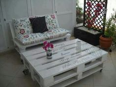 Love this table & bench made with wooden pallets
