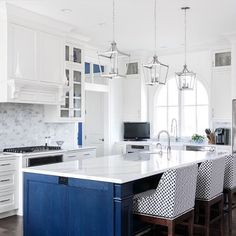 Two Tone Kitchen Ideas To Avoid Boredom in Your Home Most Popular Kitchen Design Ideas on 2018 & How to Remodeling Two Tone Kitchen Cabinets, Kitchen Cabinet Colors, Kitchen Cabinetry, Kitchen Colors, Kitchen Decor, Kitchen Design, Kitchen Ideas, Small Kitchen Redo, Glossy Kitchen