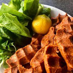 Cigköfte besteht aus feinem Bulgur mit einer Menge Gewürzen, Tomaten - und Paprikamark. Man isst es gewickelt im Salatblatt mit Zitronensaft / Geanatapfelsirup. Snack Recipes, Snacks, I Foods, Waffles, Chips, Breakfast, Lemon, Red Peppers, Tomatoes