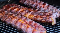 Different variations, but believe me, you don't need anything else than your favorite BBQ Rub! There are variants where the ribs are rubbed with mustard and then a BBQ rub is sprinkled on, so that it sticks better to the ribs. Grilled Spare Ribs, Grilled Ham, Grilled Fruit, Grilled Pork Chops, Grilled Veggies, Smoked Pulled Pork, Smoked Ribs, Ribs On Grill, How To Grill Steak