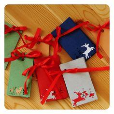 Cedulky na dárky Ozdobte vánoční dárky ručně vytvořenými cedulky ze scrapového papíru nebo na průhledného tvrdého papíru (červené barvy) můžete vybírat z 12ti jedinečných variant o rozměrech 3.5x7cm (výjimečně se vyskytuje rozměr 4x7cm). !!!8 ks v balíčku !!! Udělejte si originální Vánoce :-) Do zprávy napište Vámi vybrané číslo.