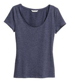 Azul oscuro jaspeado. Camiseta ajustada en punto con escote amplio y mangas cortas.