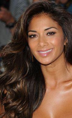 Nicole Scherzinger aclaró el cabello con luces con efecto blending, que crean reflejos de luz sobre un fondo oscuro.