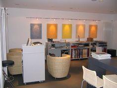 Beleuchtete Farbplatten an der Wand setzen Akzente im Zimmer. Eingerichtet vom Laukötter Malerfachbetrieb GmbH & Co. KG in Rheine (48431) | Maler.org