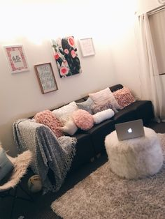 75 Genius College Apartment Decor Ideas I like the ottoman in this picture. want something cozy like that The post 75 Genius College Apartment Decor Ideas appeared first on Bedroom ideas. Diy Home Decor Rustic, Cheap Home Decor, Farmhouse Decor, Modern Farmhouse, College Living Rooms, College House, Deco Studio, First Apartment Decorating, Apartment Ideas College