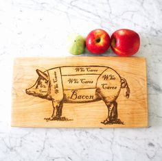 Pig Butcher Diagram Cutting Board for Bacon Lovers. Gourmet Gift for Guys. Woodworking Guide, Custom Woodworking, Woodworking Projects Plans, Teds Woodworking, Funny Kitchen Signs, Kitchen Humor, Diy Cutting Board, Engraved Cutting Board, Diy Inspiration