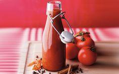 Malzemeler: 1 kilo domates 2 orta boy kuru soğan 2 diş sarımsak 34 adet tane karanfil 56 adet tane karabiber Yarım çubuk tarçın 1-2 defne yaprağı I tatlı kaşığı tatlı kırmızıbiber 3 yemek kaşığı zeytinyağı A yemek kaşığı elma sirkesi 1 dolu tatlı kaşığı tuz 2 yemek kaşığı şeker Yapılışı: Domatesleri dörde böldükten sonra soğan,