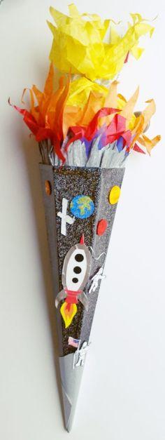 Schultüte Weltraum basteln zur Einschulung für das Schulkind. Weltraum Zuckertüte selber basteln zum Schulanfang Weltall Schultüte mit Raketen, und Planeten
