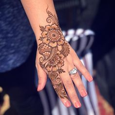 Thank you so much everyone for your lovely suggestions on my last post!  It really means a lot and I will be putting them into practice soon! Hehe  So now enjoy this lil freestyle from my booth awhile back! Simple and sweet is what I like to call these  . . . #henna #hennaart #hennadesign #hennaisneverblack #hennainspire #henna_i #hennapro #hennaartist #sandiegoart #sandiegoartist #downtownsandiego #hennalove #bohostyle #bohemian #bohochic #mehndi #nails #instahenna #arts_promote...