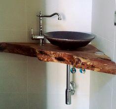 encimera de baño de madera triangular para el rincón del cuarto de baño. Corner Sink Bathroom Small, Cloakroom Toilet Downstairs Loo, Bathroom Sink Design, Attic Bathroom, Upstairs Bathrooms, Rustic Bathrooms, Bathroom Interior, Modern Bathroom, Bathtub Tile