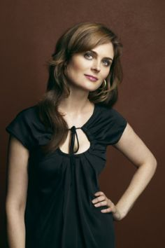 Post about Emily Deschanel must be TV's most glamorous scientist as the in-your-face Dr. (Emily Deschanel as Dr. Emily Deschanel, John Francis Daley, David Boreanaz, Tamara Taylor, Bones Tv Series, Temperance Brennan, Famous Women, Famous People, Celebrity Pictures